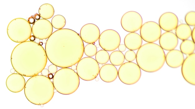 Bolle dorate della bevanda del primo piano