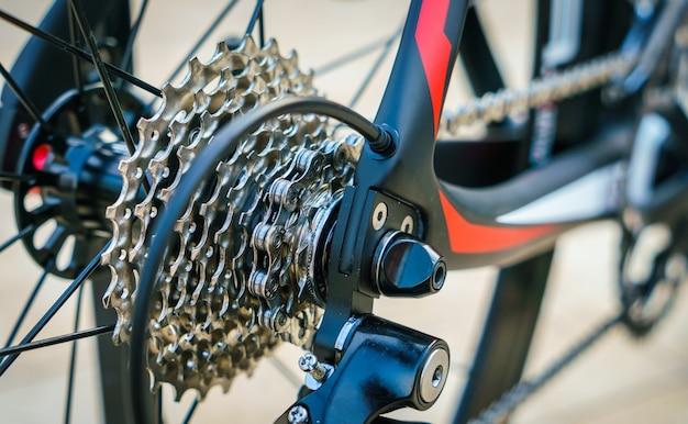 Primo piano di ingranaggi della bicicletta