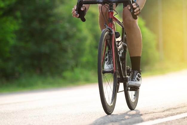 자연 공원에서 단일 트랙을 타는 자전거 사이클을 닫습니다.