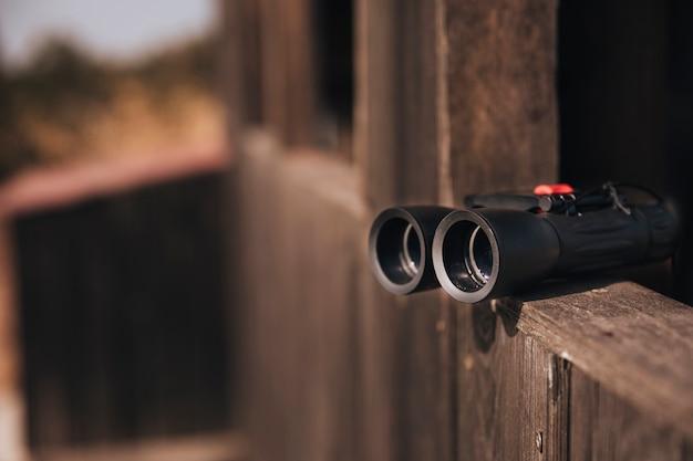 木製の棚の上のクローズアップの双眼鏡
