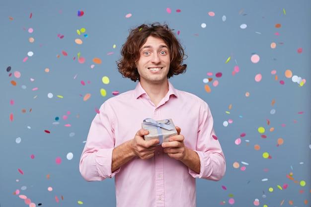 Chiuda in su dell'uomo di compleanno scatta foto con una confezione regalo