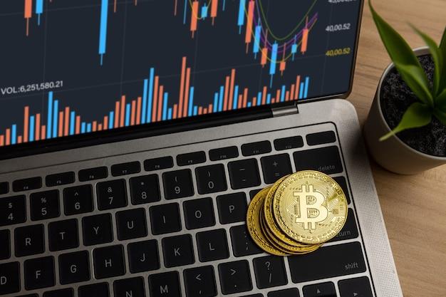 Закройте биткойн на ноутбуке на столе дома, прибыль от криптовалюты и доход от инвестирования в акции для обмена криптовалюты и оплаты, чтобы купить на рынке финансовых технологий инвестор в концепции электронной коммерции