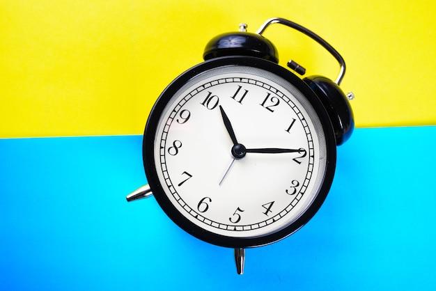 黄色と青のクローズアップ黒目覚まし時計