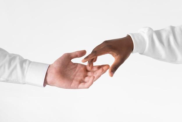 黒と白の手をクローズアップ