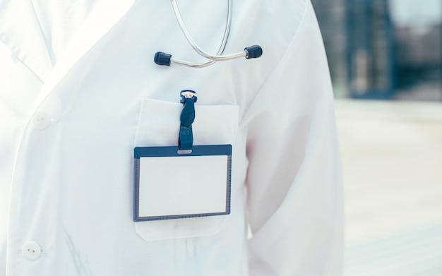 확대. 의사 구급대원의 가슴에 있는 빈 배지. 복사 공간이 있는 사진.