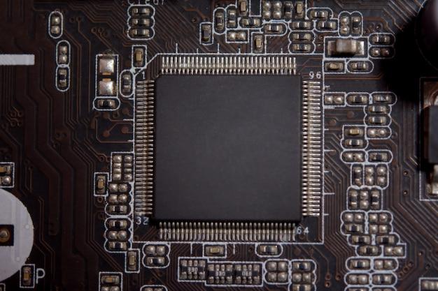 電子回路基板上の空のマイクロチップを閉じます。