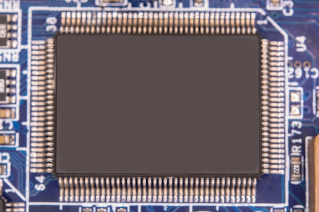 전자 회로 기판에 빈 마이크로칩을 닫습니다.