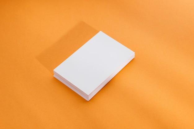 机の上のクローズアップブロックノート