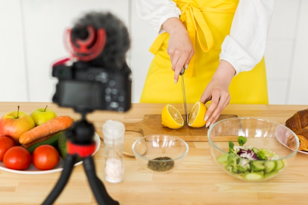 Крупный план блоггера, порезавшего лимон