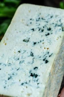 Закройте вверх по голубому сыру рокфор горгонзола или молочный продукт dorblu stilton, сделанный из козьего барана или рокфора коровьего молока, камбозола, фона рецепта еды