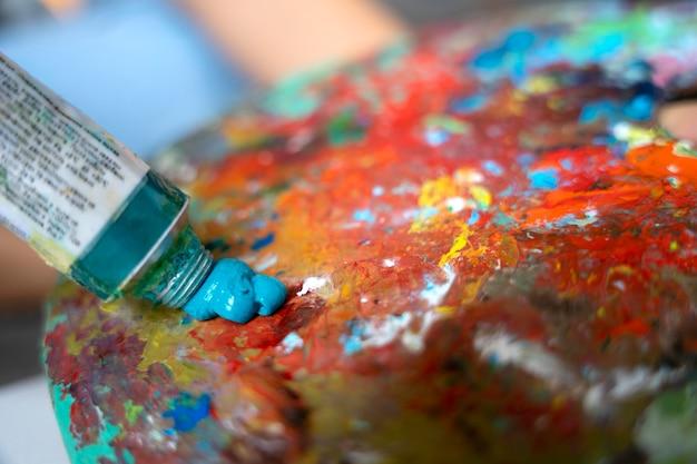 파란색 페인트와 팔레트를 닫습니다