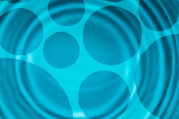 クローズアップの青い水リングと暗いスポット
