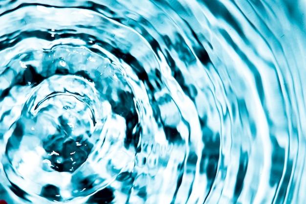 クローズアップの青い水のリングと波