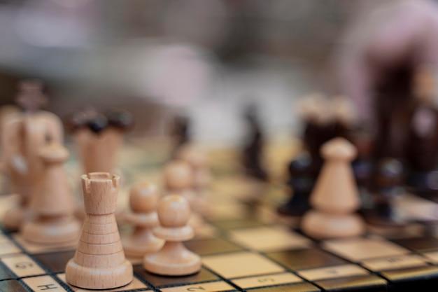 Primo piano di pezzi degli scacchi sfocati