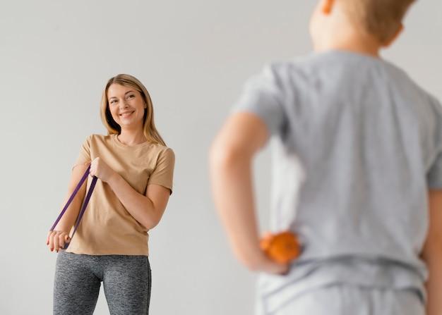 Крупным планом размыто ребенок и женщина в помещении
