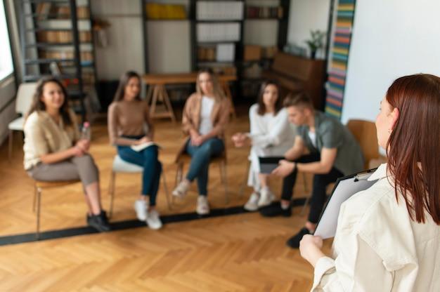 Chiuda in su gruppo di persone sfocate in terapia