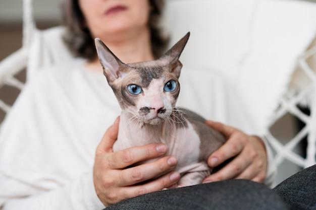 Крупным планом размыто женщина, держащая кошку