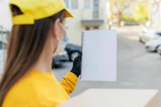 Крупным планом размыто женщина, держащая ноутбук