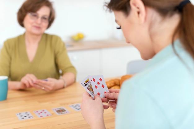 모호한 여성 카드 놀이를 닫습니다