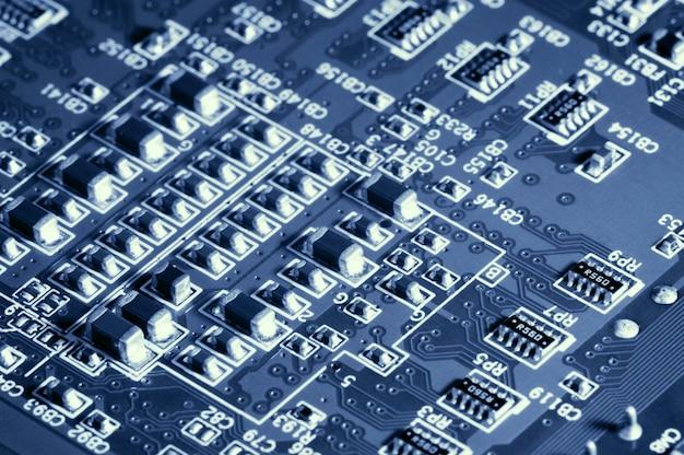 電化製品またはコンピューターからのマイクロチップを備えたクローズアップボード。現代技術の概念。エレクトロニクスとマイクロチップの概念