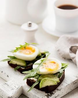 커팅 보드에 근접 삶은 계란