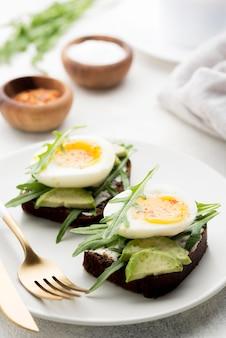 접시에 근접 삶은 계란