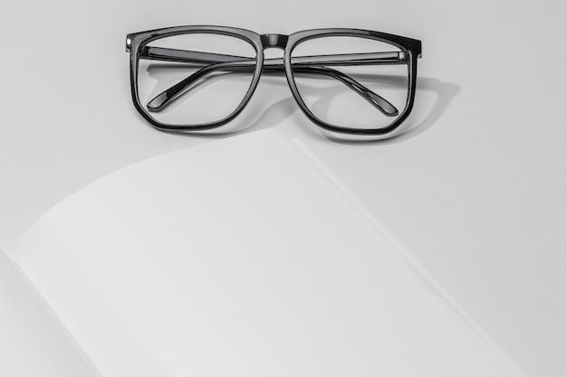 Libro in primo piano e occhiali da lettura