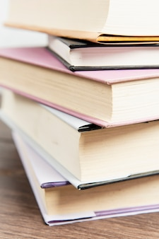 Chiuda in su della pila di libro