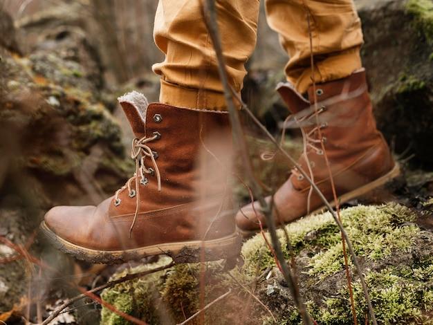 森の中を歩くブーツをクローズアップ