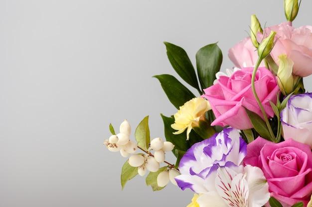 Закройте букет роз, ромашек, лизиантусов, хризантем, неоткрытых бутонов