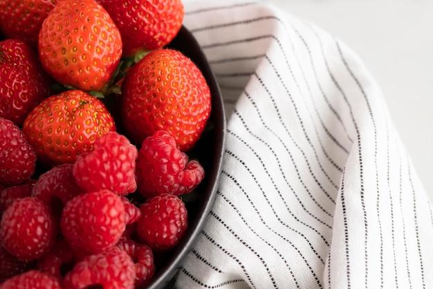 Primo piano della ciotola con frutta e panno