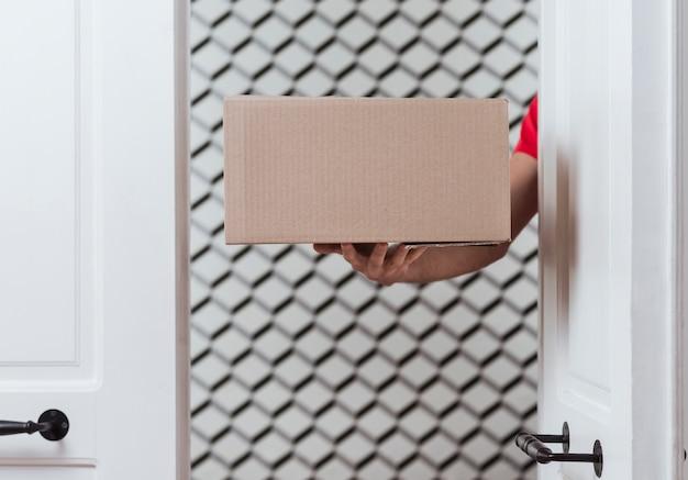 配達とミニマリストの装飾のためのクローズアップボックス