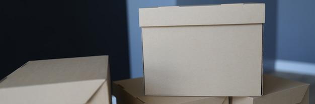 Коробки крупным планом стоят у входной двери комнаты
