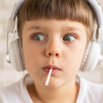 Мальчик крупным планом слушает музыку