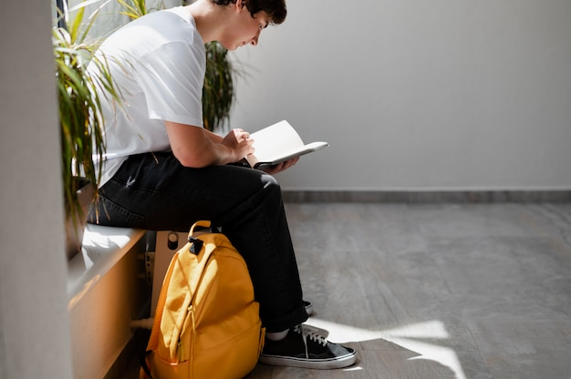 学校で読書をしている少年をクローズアップ