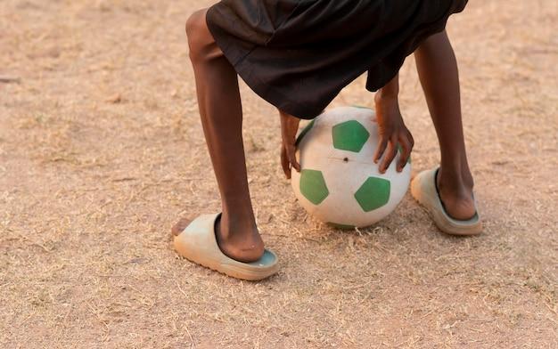 サッカーボールで男の子をクローズアップ