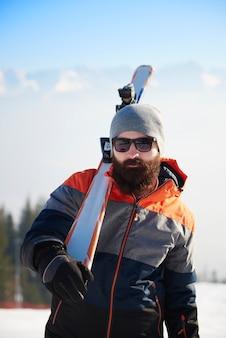 Chiuda in su dell'uomo impanato durante il viaggio invernale