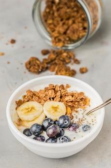 Ciotola della prima colazione del primo piano con muesli e frutti