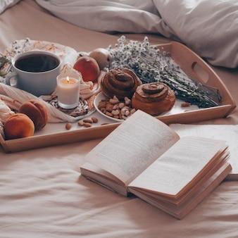 コーヒーと一緒にベッドで朝食をクローズアップ