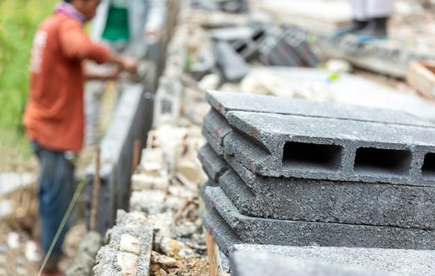 建設現場で壁を作るためにレンガのブロックを閉じる