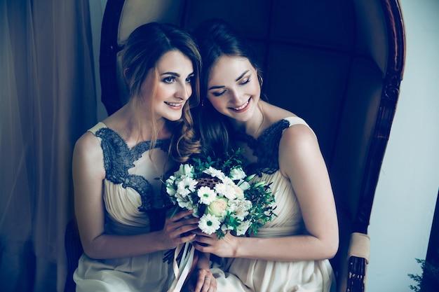Закройте вверх. подружки невесты, глядя на свадебный букет. праздники и события