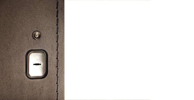 Коричневая входная дверь крупным планом с богато украшенным узором, замочной скважиной и глазком. отверстие для глаз на входной двери. концепция безопасности. белый изолированный фон. место для объектива для вашего творчества с местом для текста или логотипа
