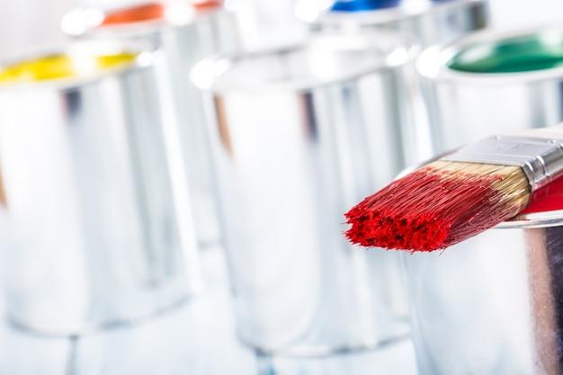 페인트에 누워 붉은 색으로 클로즈업 브러시 수 있습니다.