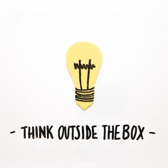 Il primo piano della lampadina con pensa fuori del testo della scatola su fondo bianco