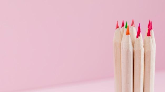 Крупным планом кучу красочных карандашей с копией пространства