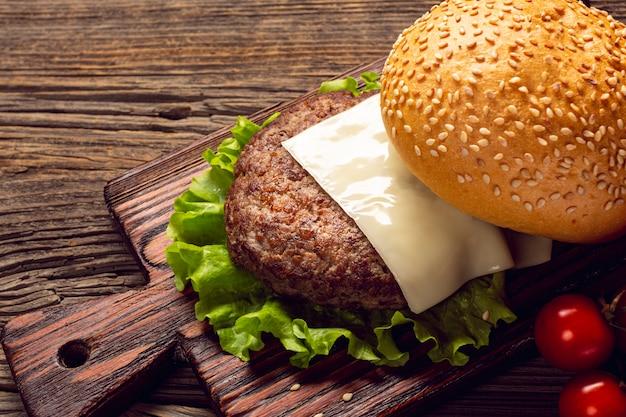 まな板の上のクローズアップのハンバーガー成分