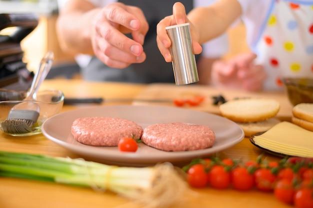 Крупный план бургер с мясом и овощами