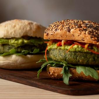 トレイにクローズアップのハンバーガー