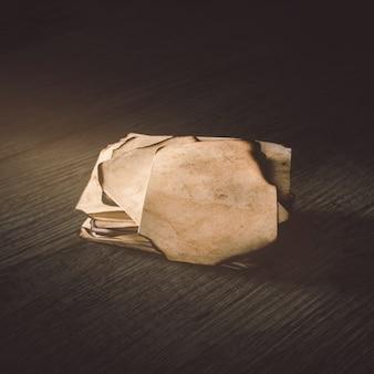 Carta bruciata del primo piano sul ripiano del tavolo di legno