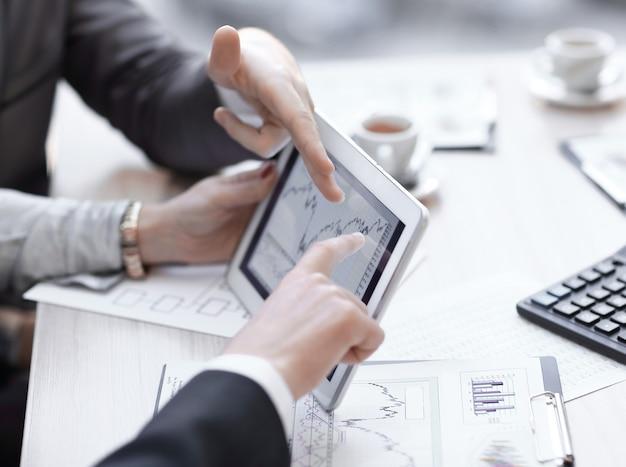 クローズアップ。会社の進捗状況を示す財務数値を分析するビジネスアドバイザー